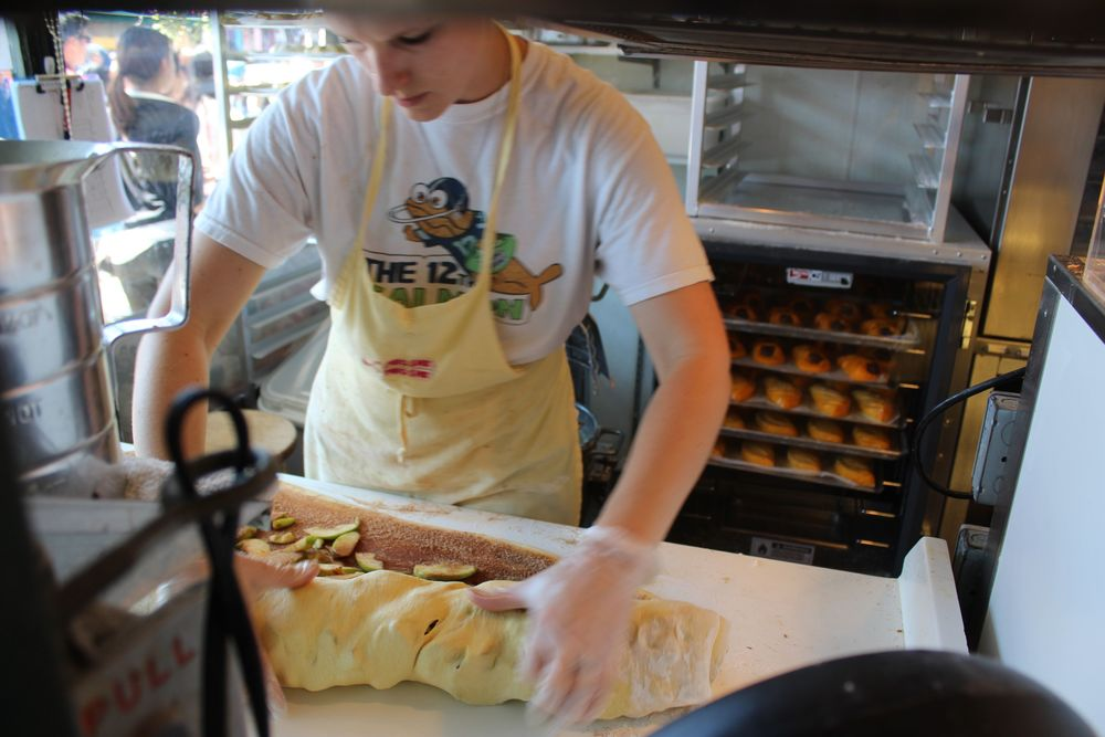 Confection du Strudel aux pommes, Pike Place Market, Seattle, WA, USA