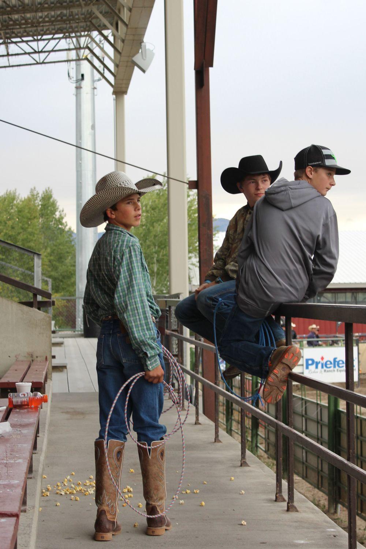 Mi-cowboy, mi-adolescent, Arène de Rodéo à Jackson, WY, USA