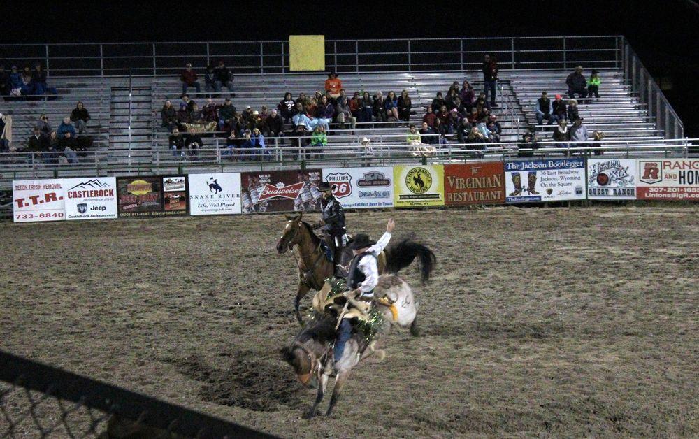 L'épreuve du Saddle bronc riding, Arène de rodéo, Jackson, WY, USA