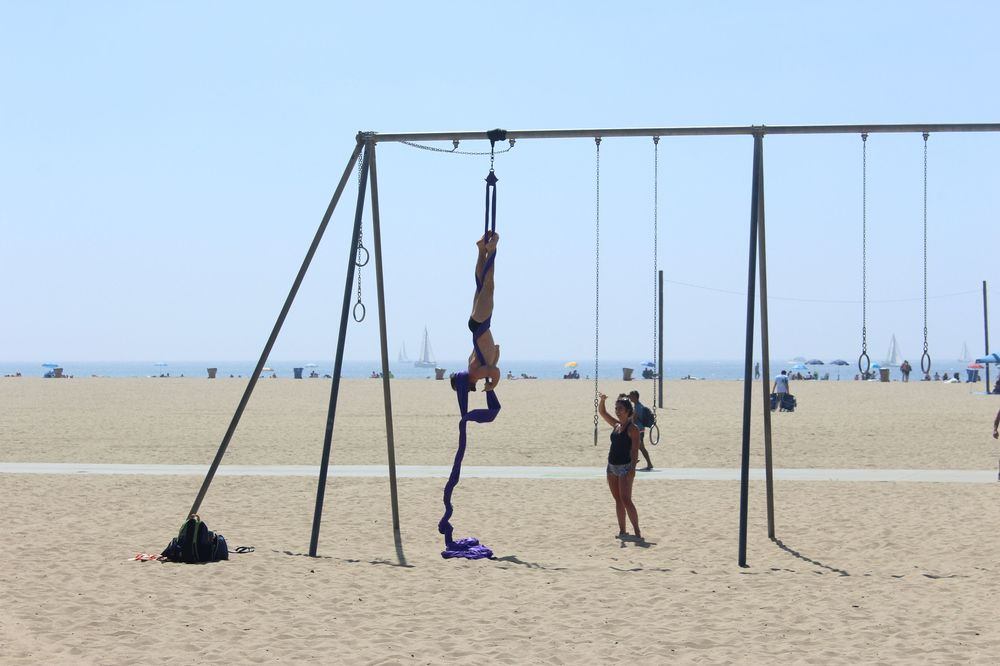 Acrobate sur le Pier de Santa Monica, CA, USA