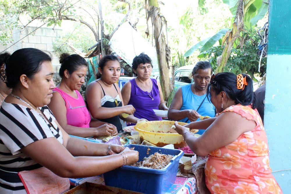 Préparation des tacos de conchinita pibill, Fête des pêcheurs, Celestùn, Yucatan, Mexico