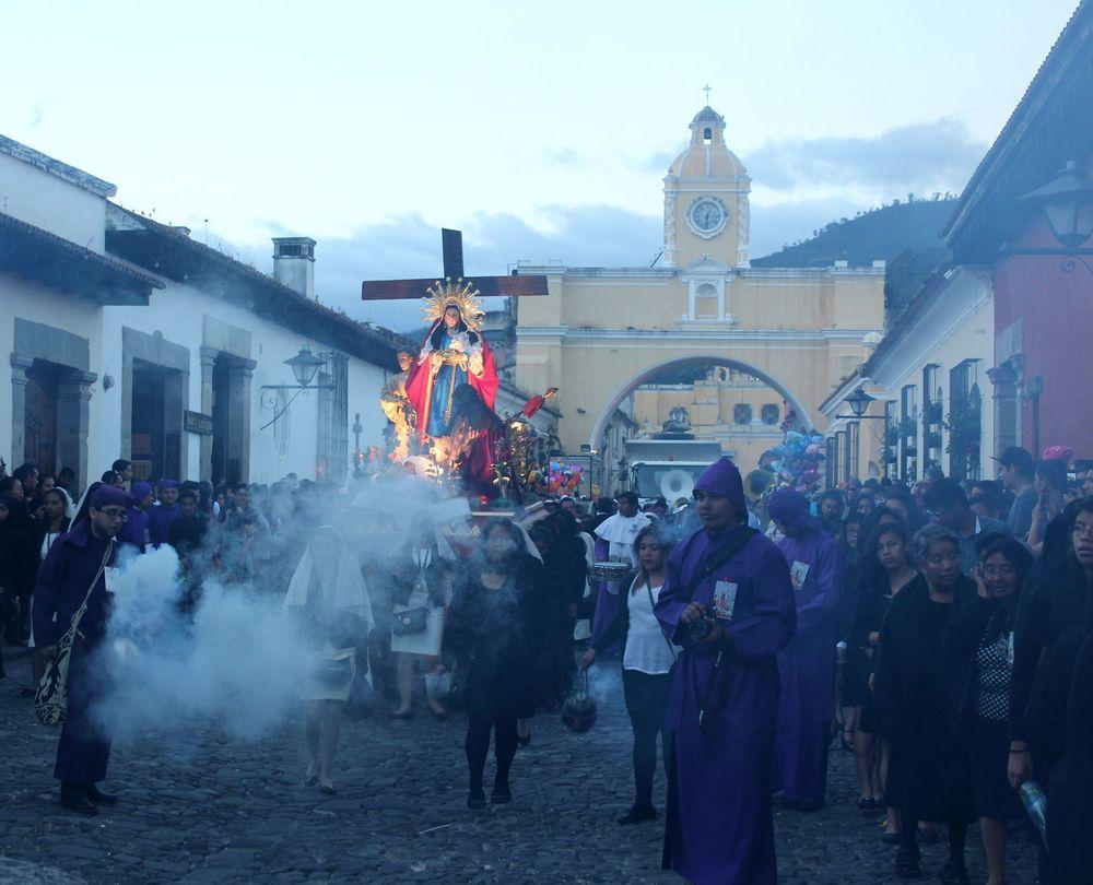 Procession dans les rues d'Antigua, Guatemala