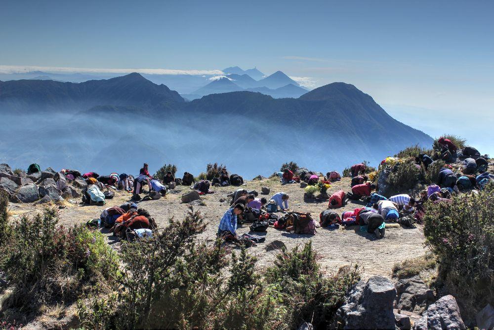 Cérémonie religieuse au sommet du volcan Santa Ana, Quetzaltenango, Guatemala