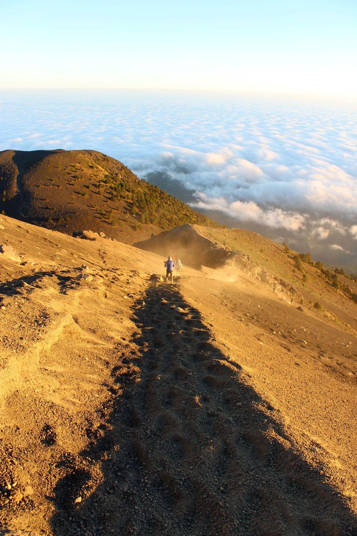 La descente dans la poussière du volcan Acatenango, Antigua, Guatemala