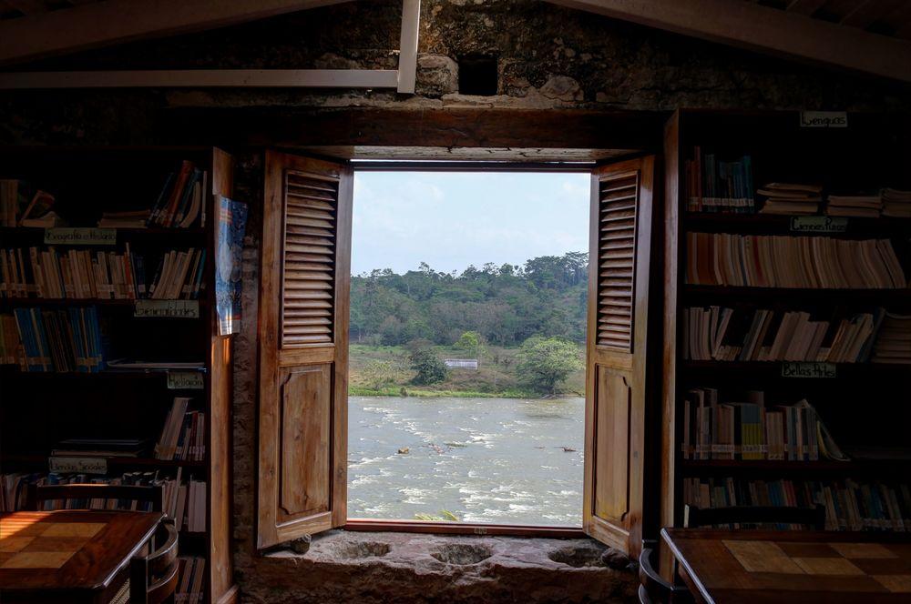 Dans la bibliothèque du chateau, El Castillo, Rio San Juan, Nicaragua