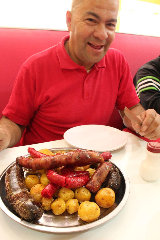 Javier savourant la Fritanga, Tunja, Boyacà, Colombie