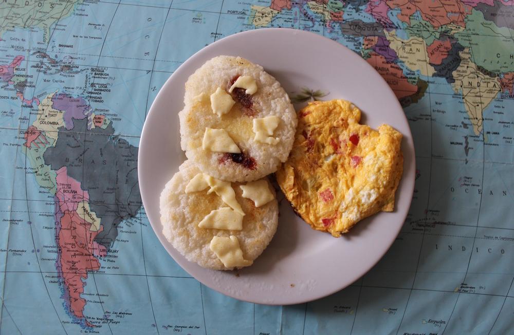 Petit déjeuner typique, Arepas de queso et bocadillo et omelette, Sogamoso, Boyacà, Colombie
