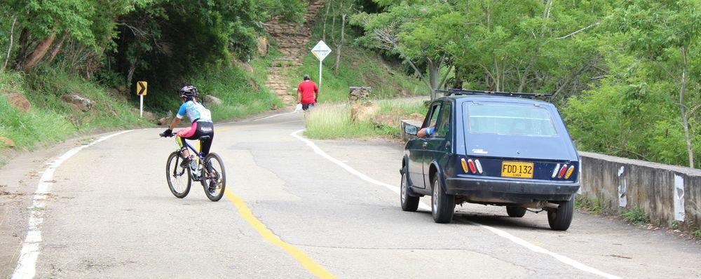 Course cycliste et voiture typique, Barichara, Santander, Colombie