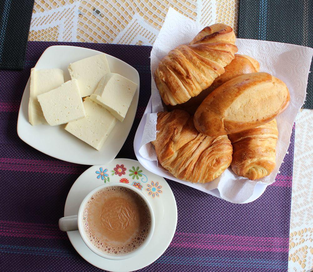 Petit typique de la région, fromage campesino, chocolat chaud et petit pain, Tunja, Boyacà, Colombie