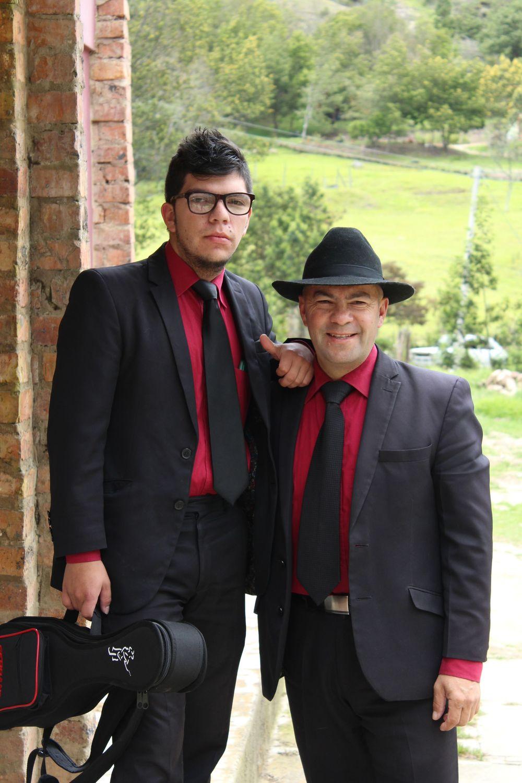 Javier et son fils Estefano prêt pour leur journée de concert, Tunja, Boyacà, Colombie