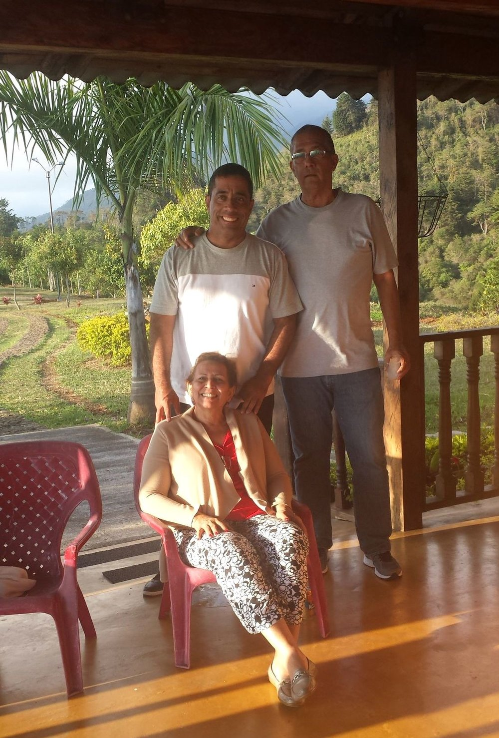 Edgar (à gauche) avec ses amis, Finca de Barlovento, Valle del Cauca, Colombie