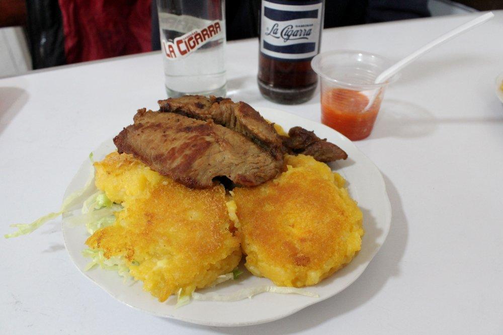 Plat typique, Torillas de papa, porc grillé et soda local La Cigarra, Ipiales, Narino, Colombie