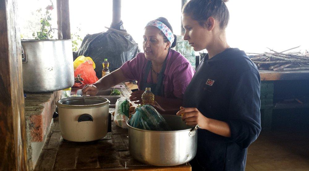 Hélène et la cuisinière en pleine action, Finca de Barlovento, Valle del Cauca, Colombie