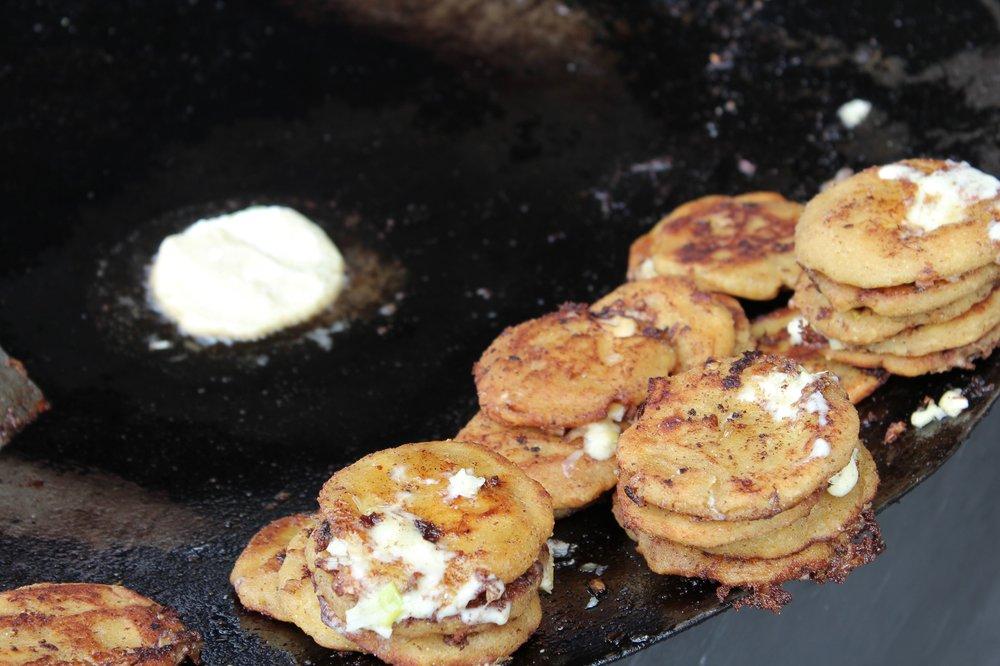 Llapingacho galettes de pommes de terre, poireaux et crème, marché de Saquisili, Cotopaxi, Equateur