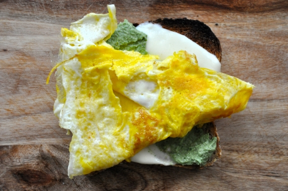 walnut-pesto-egg-sandwich