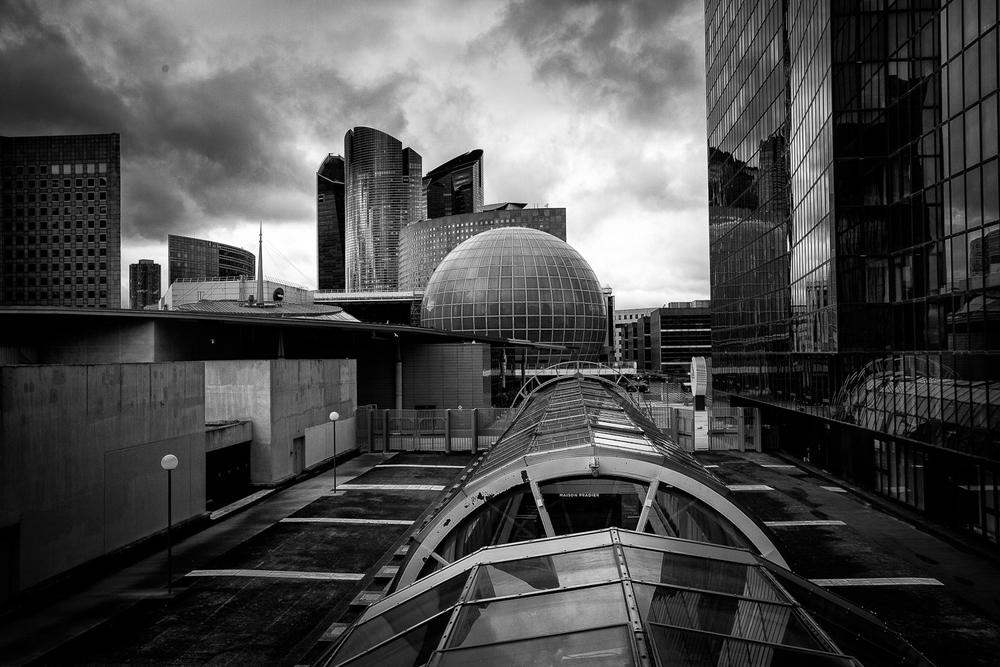 An area of La Defense normally restricted to public, but nothing prevents you from sneaking in. So why not. It is a superb place for architectural photography.
