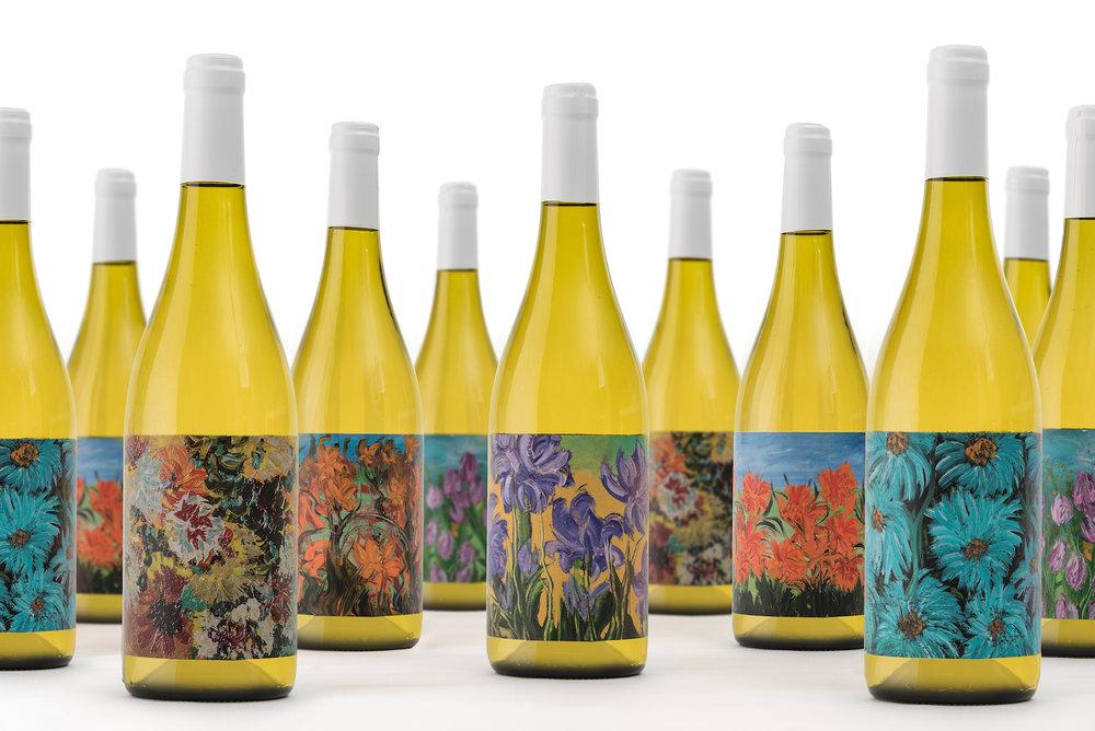 Viña Abades flaskor pryds av konstnären Dolores Arjonas färgstarka blommor. Läs mer  här