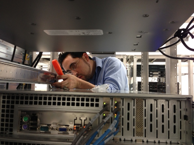 Cari.net technician working on servers and racks in the Cloud Datacenter