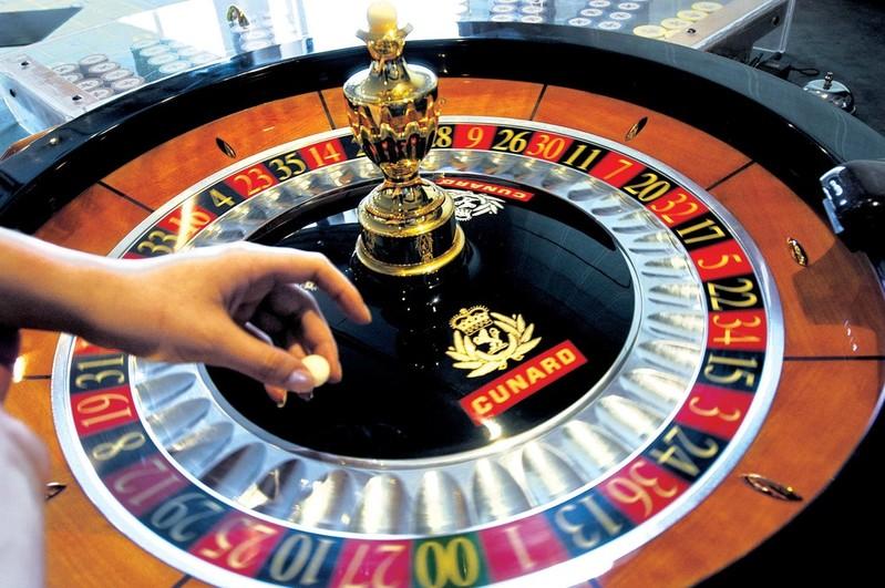 RF13389 - Queen Elizabeth 2 Casino Roulette wheel Dice Red Black. -- QE2 Casino.jpg