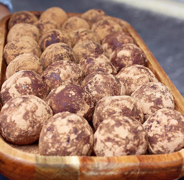 🌟 Champion Choc Fudge Bliss Balls 🌟 A nourishing sweet treat to wrap up the week 😋🍫💃