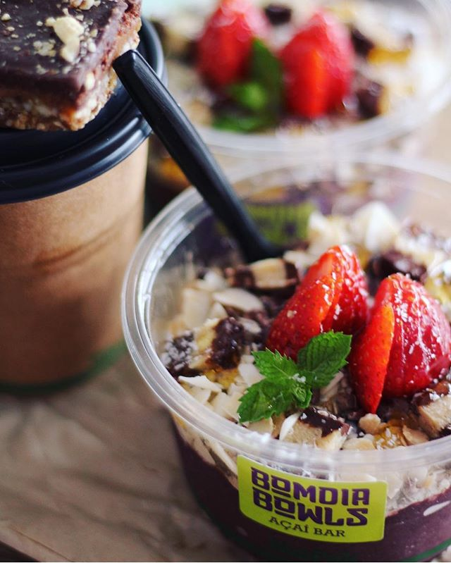 😍👅 BomChoc Açaí Bowls 😋🍇🍫 topped with carob, coconut chips, cacao nibs, 🍓 and raw snickers or bounty slice 👌