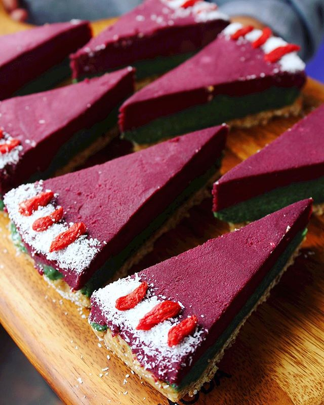 💜💚 Flavour of the moment 💚💜: açaí and mint raw cake 😋🍴🍰🍇🍃 @nourishwithmiranda