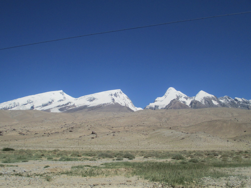 The long drag up Rabat Dawen pass 4085m on the KKH provided great views of the Mustaga Ata range