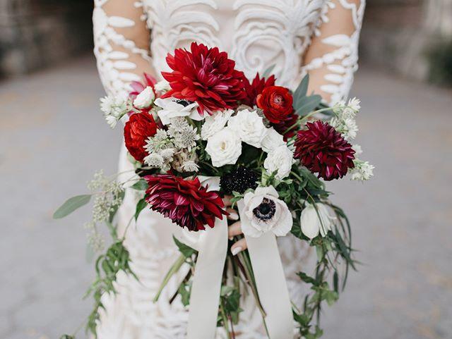 Sarah's lush flowers on her wedding day @gemfleuriste @ruedeseinebridal @cerebellam