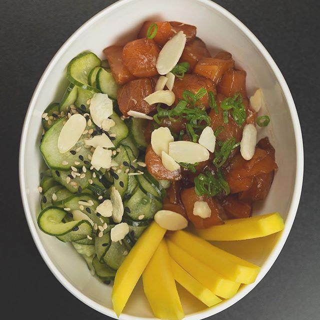 O Poke une tudo que o verão pede: proteína, peixe fresco, fruta, salada de pepino, gergelim e lascas de amêndoa. São 4 versões, incluindo um Veggie 🤘