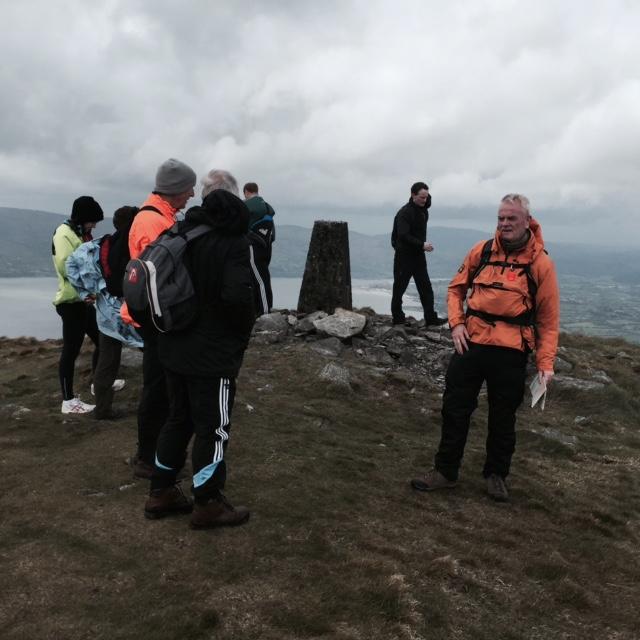 Ar Bharr Sléibhe - Éamann Laobhán Ó Flannagáin (Treoraí) ag smaoineamh faoin chéad chéim eile. On the Mountain top - Éamann Laobhán Ó Flannagáin (Guide) thinking about the next step.