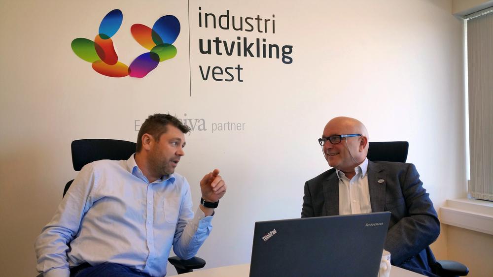 Sigmund Larsen (til høyre) i dialog med Vidar Grindheim fra Industriutvikling Vest.