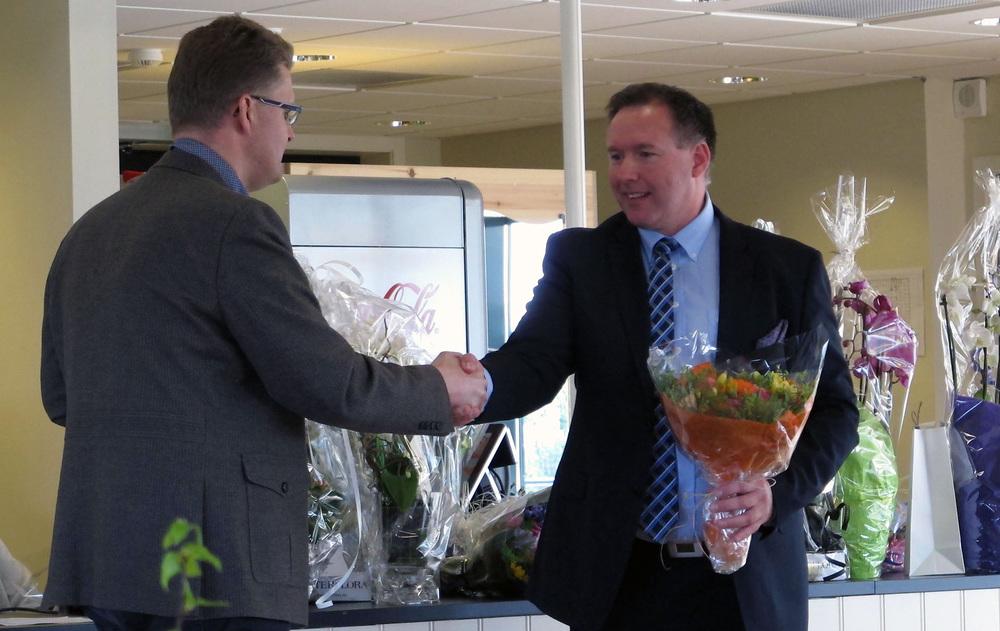 Fylkesvaraordfører Pål Kårbø gratulerer daglig leder Børge Brundtland med 5 års dagen.