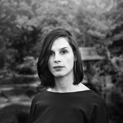 Nederlands eerste emoji-expert Lilian Stolk neemt je mee op ontdekkingsreis door de wereld van beeldtaal: van spijkerschrift en hiërogliefen naar emoji en smilies.