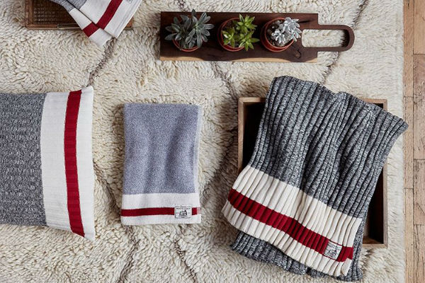 Roots Canada - In your Roots gear, you'll stay warm, soft, and cozy whether you're curled up by a fire or shovelling the driveway.Image: instagram.com/roots