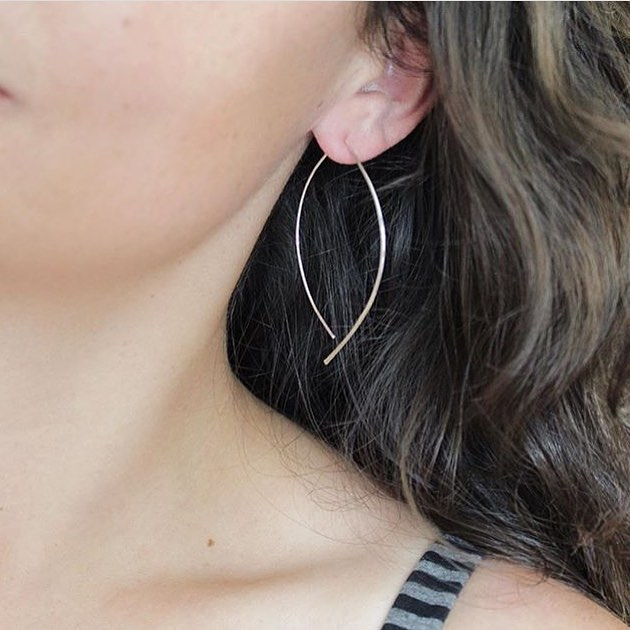 Still one of my favorite everyday earrings! Silver almond threaders are ultra lightweight and add the perfect sparkle ✨😍 #soundsofsilver @sounds_of_silver #handmadejewelry #threaderearrings