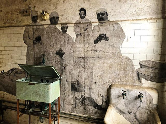 We were able to see some really incredible street art incorporating historic images in Ellis Island's abandoned Immigrant Hospital by the artist J.R. Such an amazing experience! 📷: me & @royal_yates