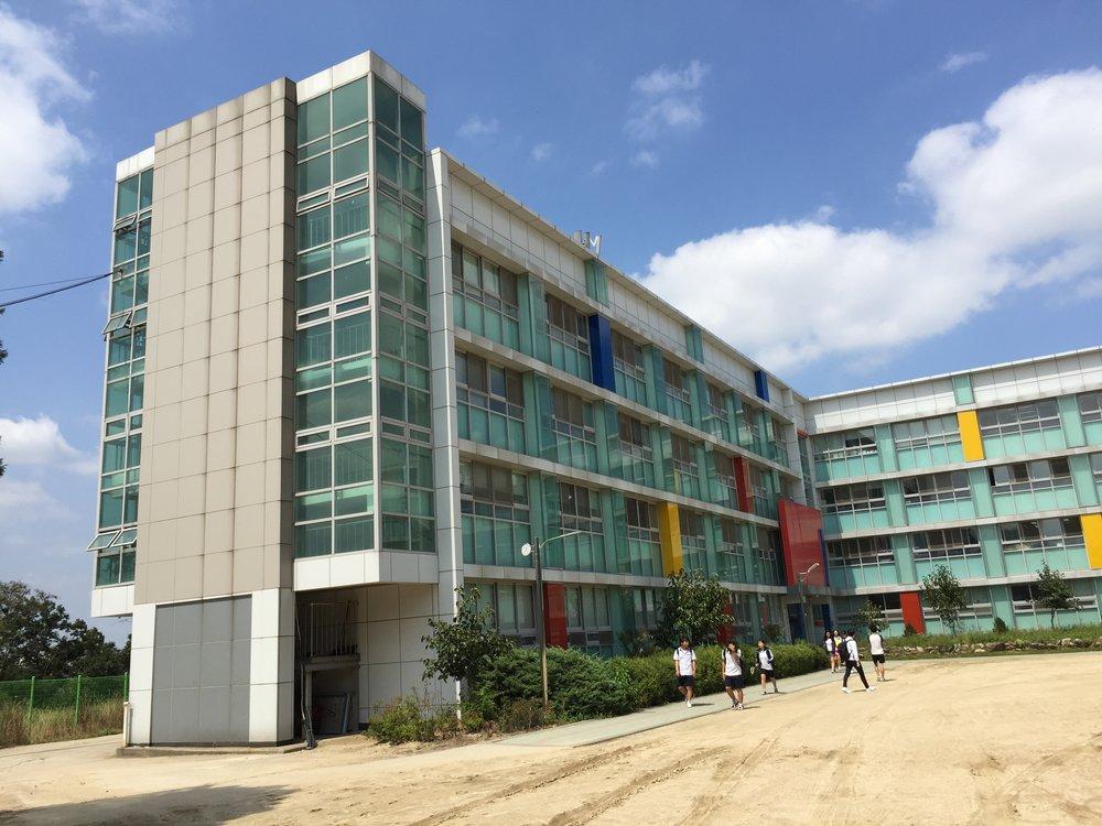 디자인 고등학교답게 깔끔하지만 포인트가 있는 건물이 눈에 뜁니다.