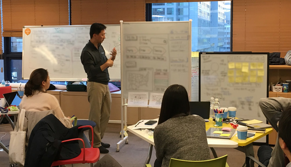 디자인 씽킹 워크샵에서는 화이트 보드와 포스트잇 등을 활용하여 다양한 방식으로 커뮤니케이션을 진행한다 (대외비 관계로 세부 내용은 블러 처리하였음)