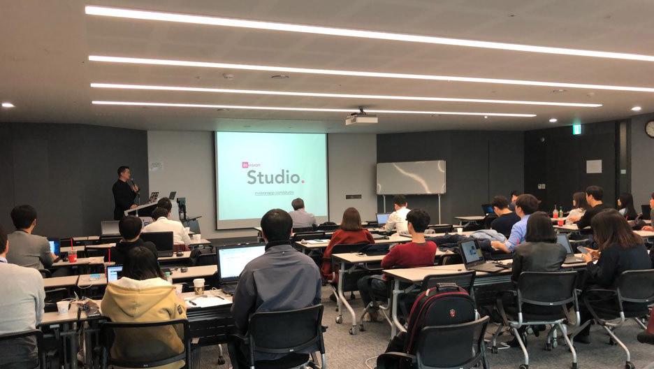 위디엑스 이종원 대표가 현대자동차 의왕연구소 워크샵 룸에서 최신 디자인 프로세스 및 디자인 프로그램에 대해 강연을 진행하고 있다.