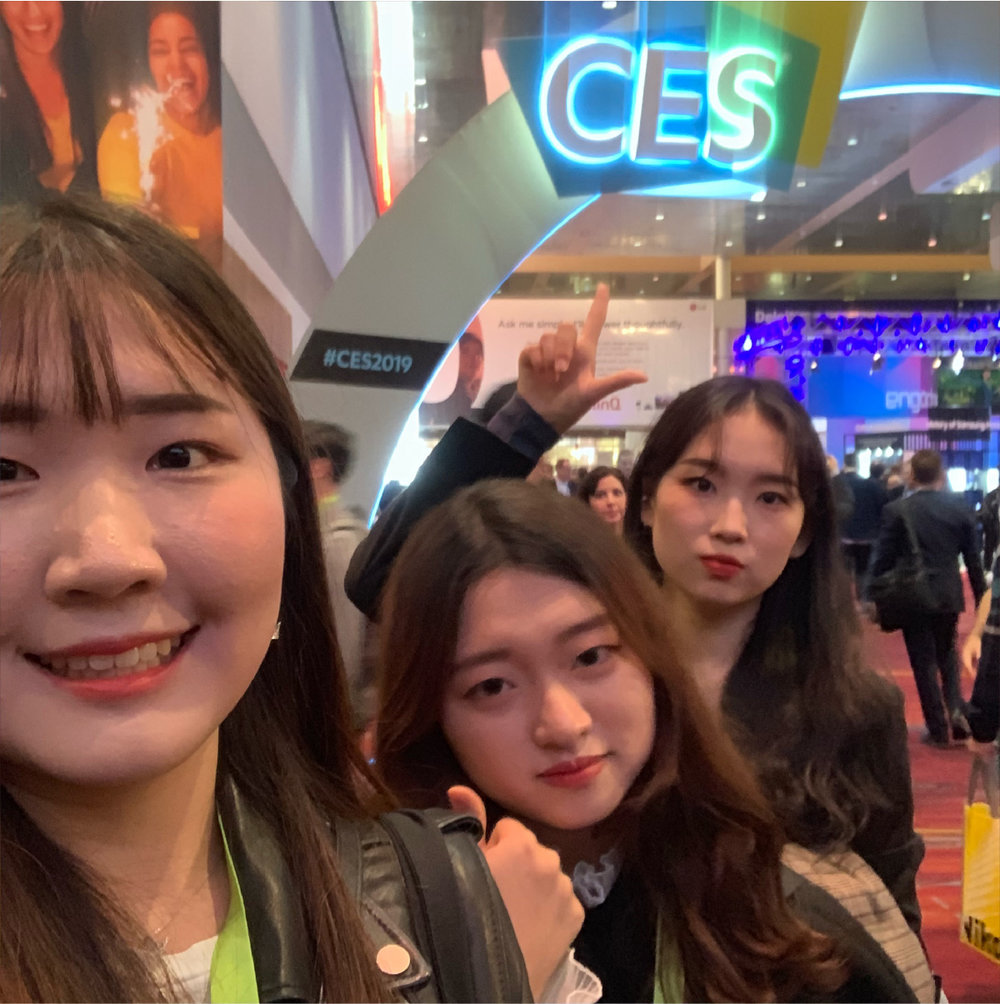 제가 속한 유앤아이팀 멤버들과 함께, CES 2019 행사장 안에서 사진 촬영 (좌-우: 정승후, 위디엑스 한승미 디자이너, 정다비)