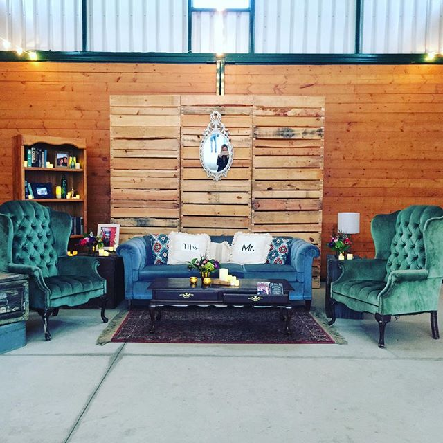 @laurensharon Vintage Rentals Bride & Groom Lounge 💕