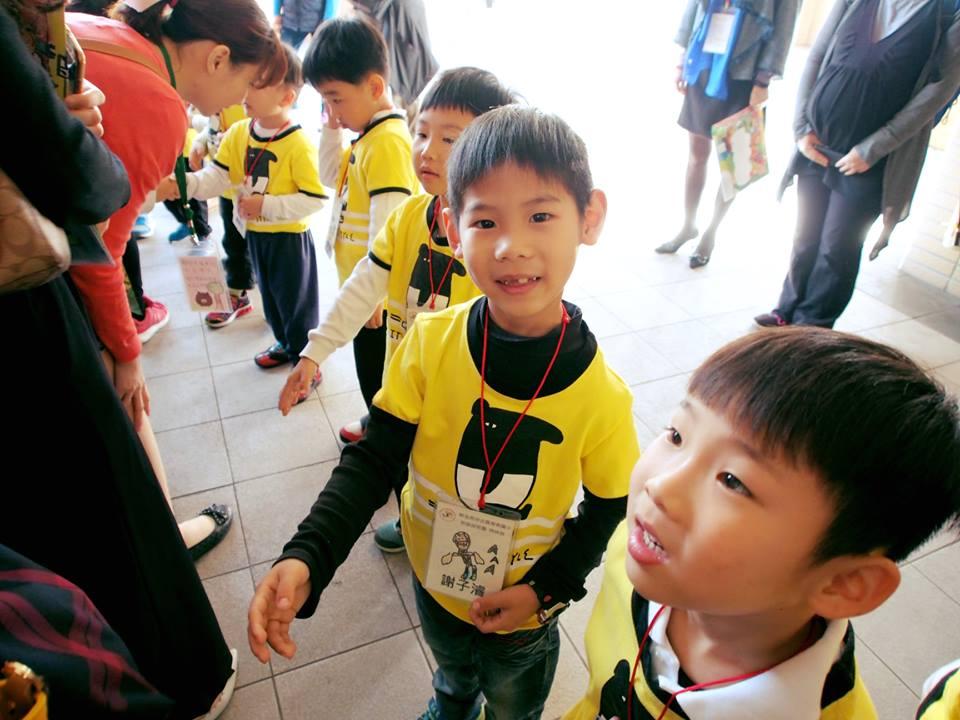 幼兒園的小朋友活力十足迎接外賓,不少人表示當天感覺很像明星呢!