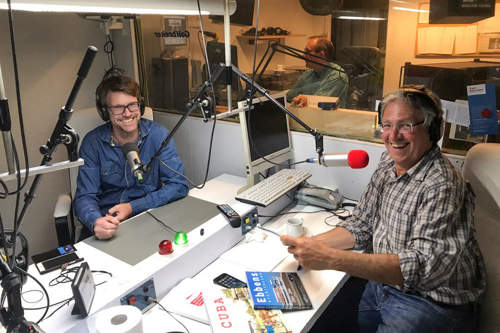 Radio presentator Roelof Meijer in gesprek met Jan de Vries, Architectuurfotograaf