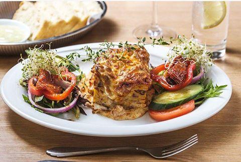 - Klassisk italiensk lasagne med kjøttsaus og hjemmelaget bechamelsaus.  Benvenuto :)