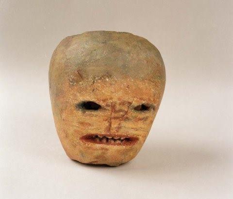 Знакомьтесь -красавчик Джек О'Лантерн, который когда-то перехитрил дьявола, за что после смерти его ни в рай, ни в ад не пустили. Вот до сих пор и бродит по свету. В Ирландии мастерили голову из турнепса (этот экземпляр 19в. хранится в Национальном историческом музее в г. Каслбар), а в Америке куда лучше материал нашли - тыкву.