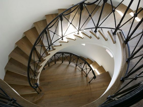 could you imagine if this was your staircase?!!!