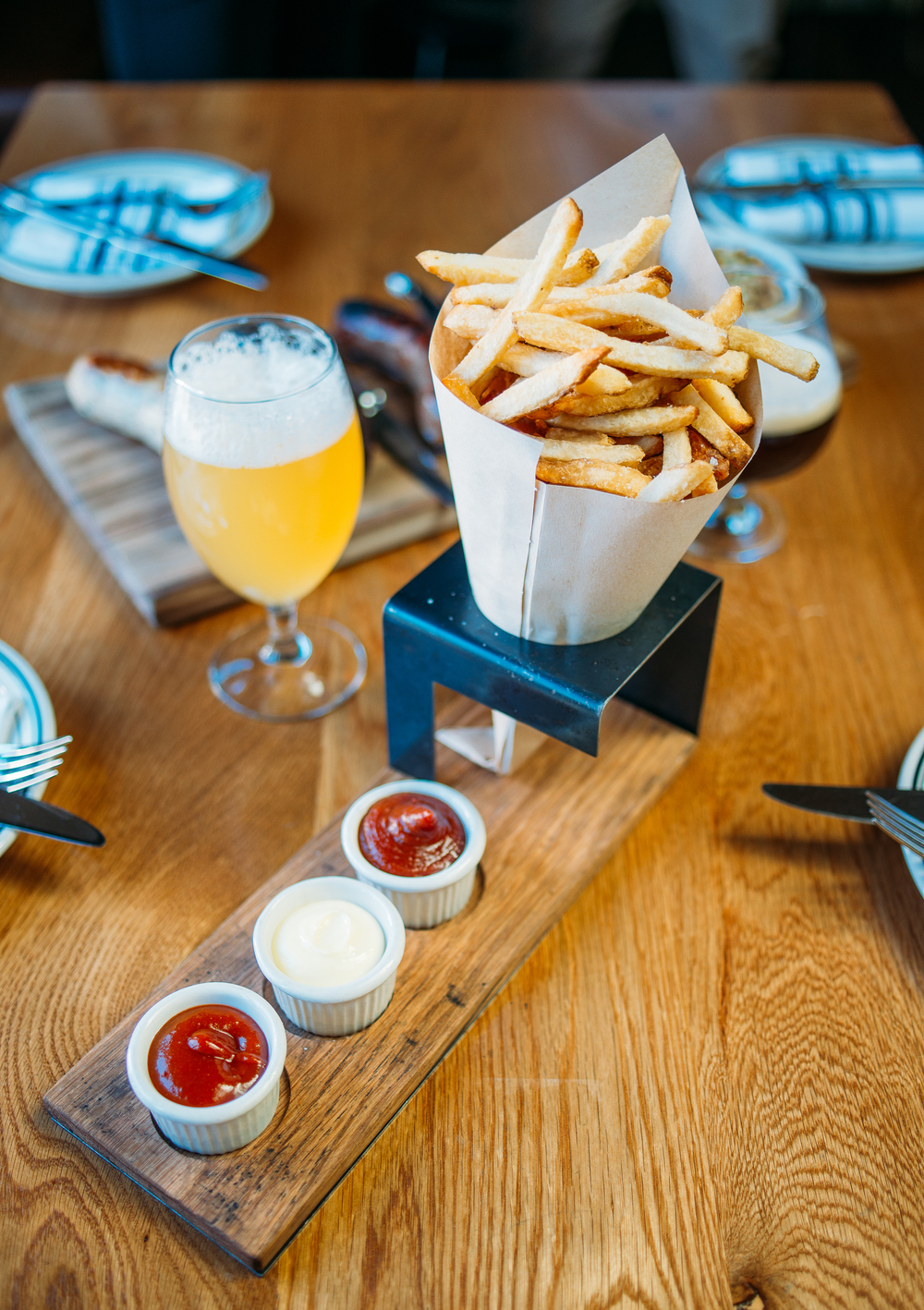 Frites, house-made garlic aïoli & curry ketchup