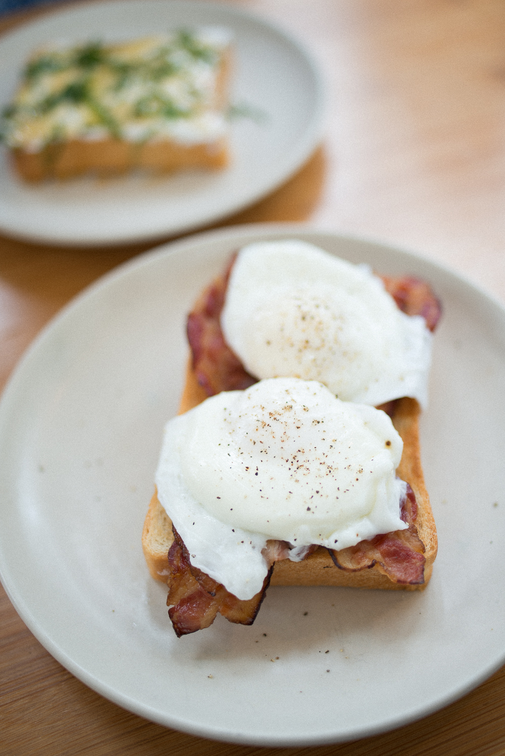 POACHED EGGS & BACON TOAST