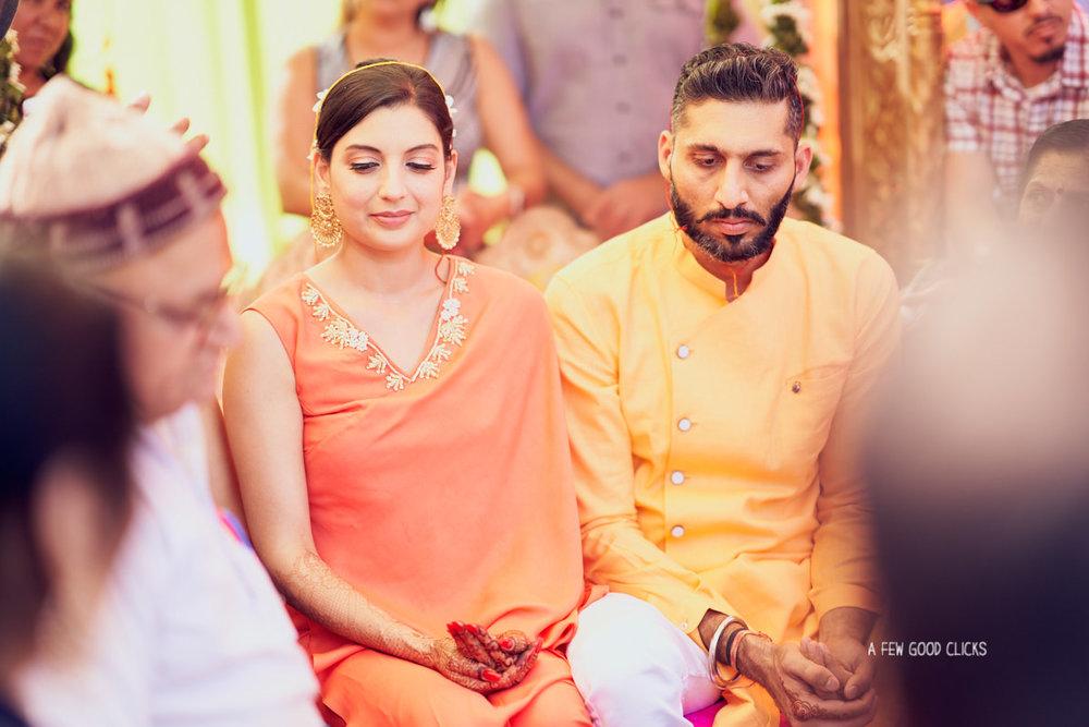 haldi-chuda-ceremony-with-bride-groom-wedding-photography-by-a-few-good-clicks