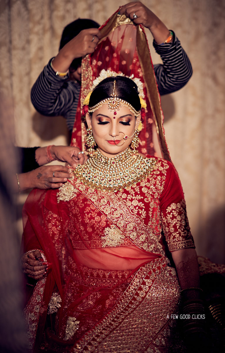 royal-bride-getting-ready-photos-by-indian-wedding-photographer-near-you-afewgoodclicks